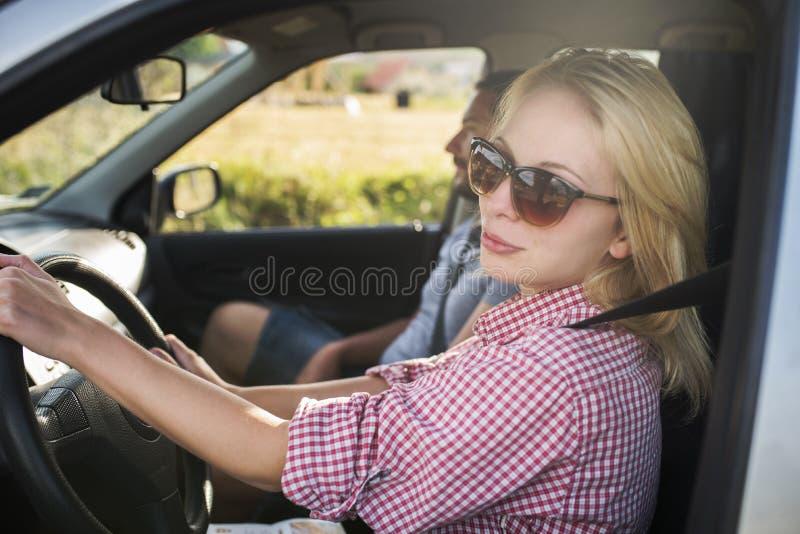 Pares felizes que viajam pelo carro na natureza Viajantes despreocupados do amigo na viagem do roadtrip do campo imagens de stock