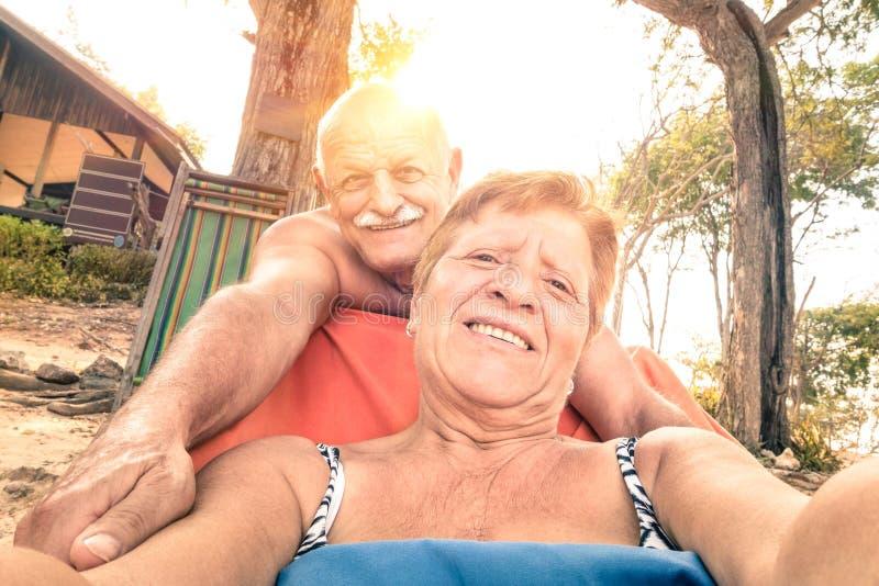 Pares felizes superiores que tomam o selfie na viagem de Tailândia imagem de stock royalty free