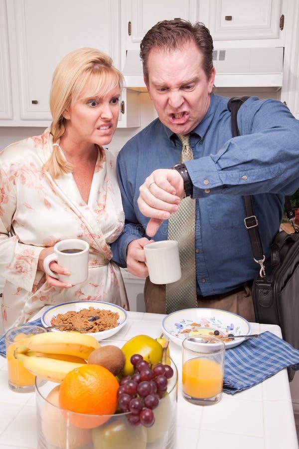 Pares forçados na cozinha tarde para o trabalho imagem de stock royalty free