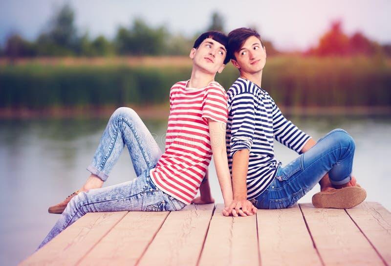 Pares gay en amor en la orilla del río foto de archivo libre de regalías