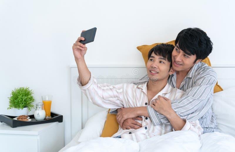 Pares gay en la cama imágenes de archivo libres de regalías