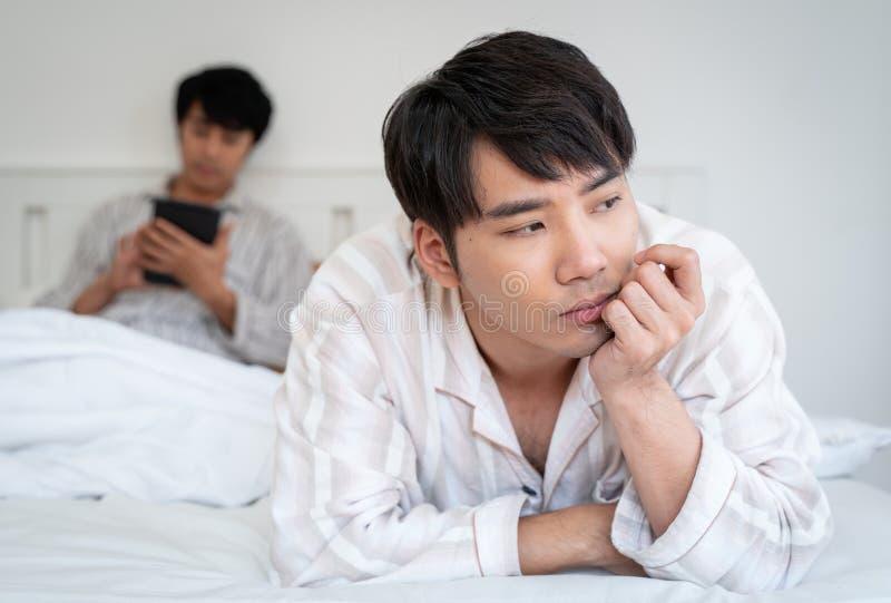 Pares gay que tienen discusión en casa foto de archivo libre de regalías
