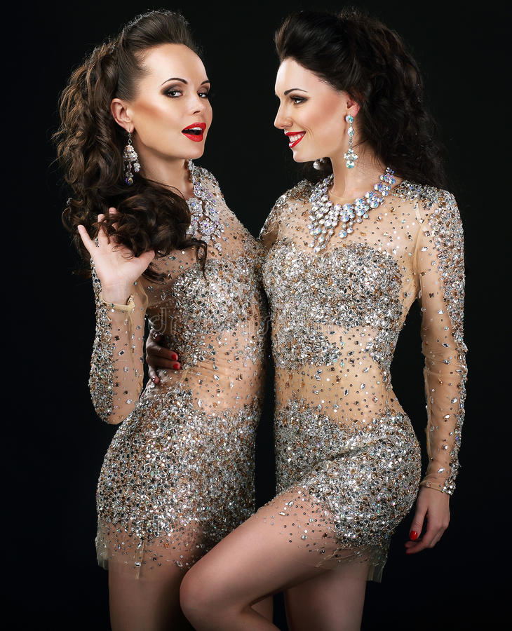 Pares glamoroso entusiasmado na fala dos vestidos da platina fotos de stock royalty free