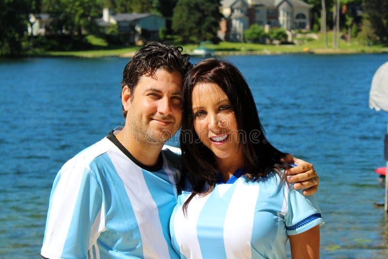 Pares hermosos con los jerséis de Argentina que celebran el mundial 2018 del fútbol imagen de archivo libre de regalías
