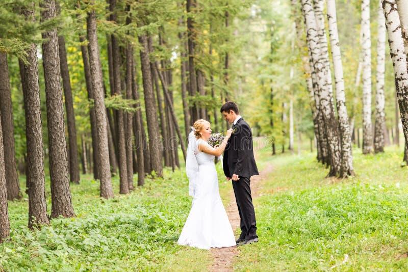 Pares hermosos de la boda al aire libre fotografía de archivo