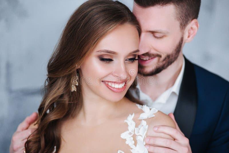 Pares hermosos de la boda en casa Besan y se abrazan imágenes de archivo libres de regalías