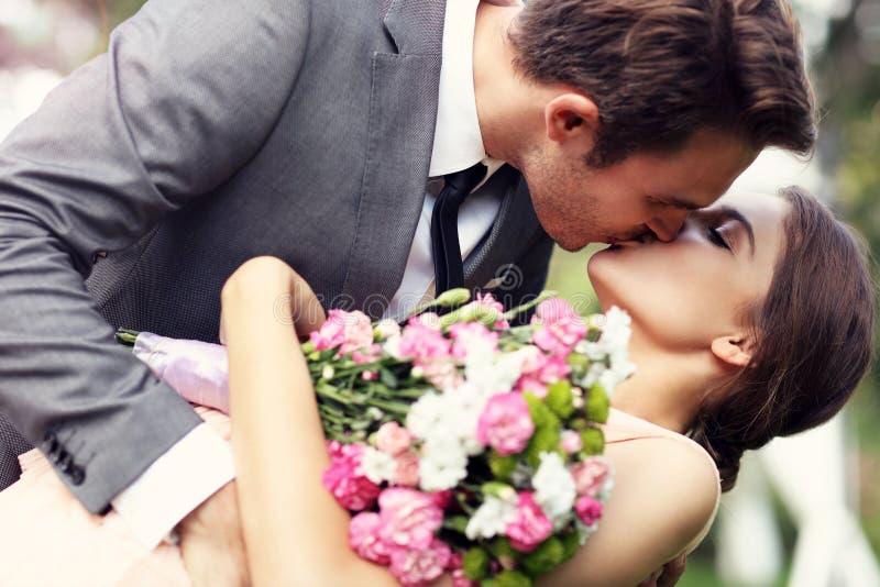 Pares hermosos de la boda que disfrutan de casarse imagen de archivo libre de regalías