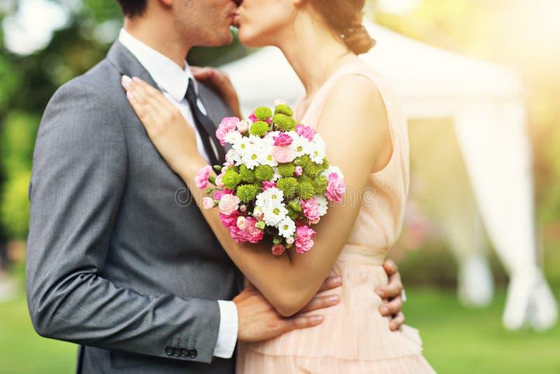 Pares hermosos de la boda que disfrutan de casarse foto de archivo libre de regalías
