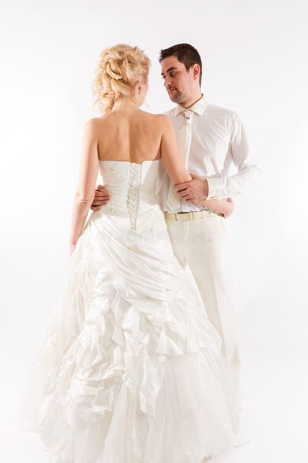 Pares hermosos del recién casado en casarse la ropa fotografía de archivo