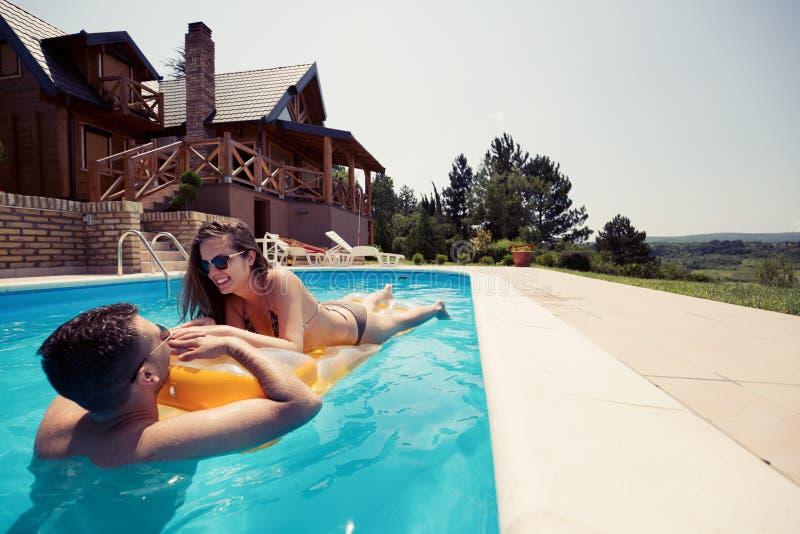Pares hermosos en el amor que disfruta del centro turístico de verano imagen de archivo