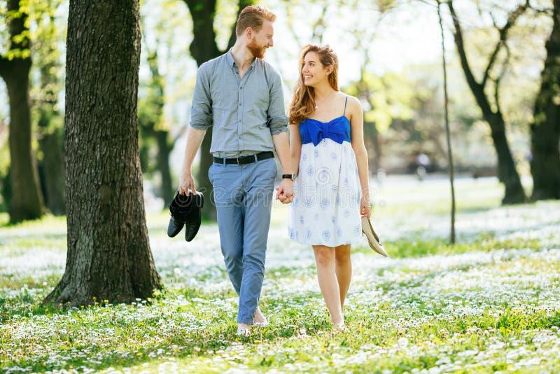 Pares hermosos en el bosque que abraza amor fotos de archivo libres de regalías