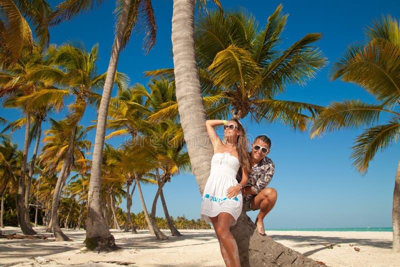 Pares hermosos en la playa en viaje de las vacaciones imagen de archivo