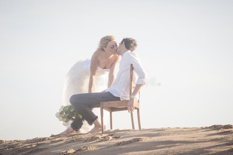 Pares hermosos jovenes que se besan en la playa fotos de archivo libres de regalías