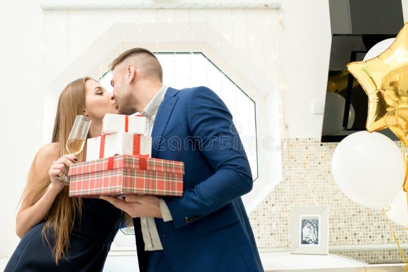 Pares hermosos que celebran día de tarjetas del día de San Valentín imágenes de archivo libres de regalías