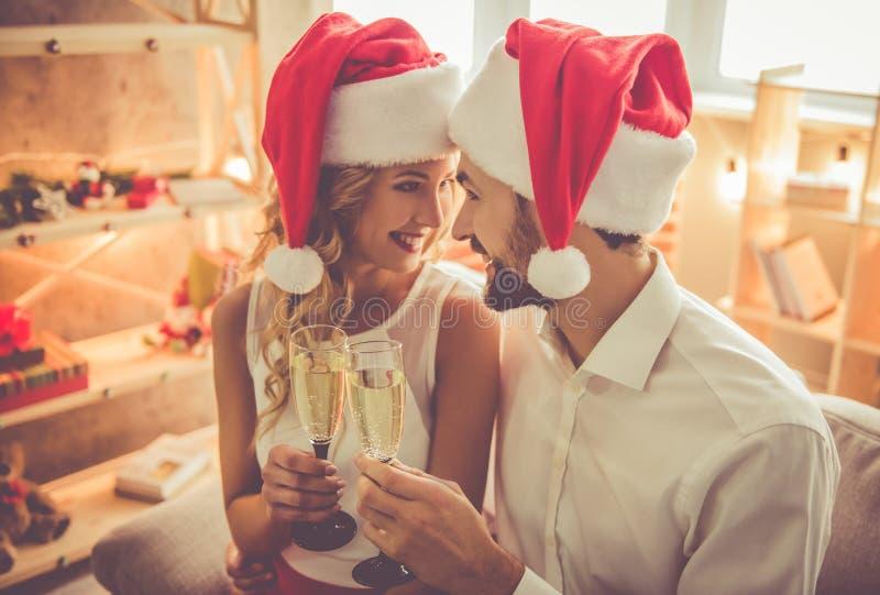 Pares hermosos que celebran la Navidad fotos de archivo