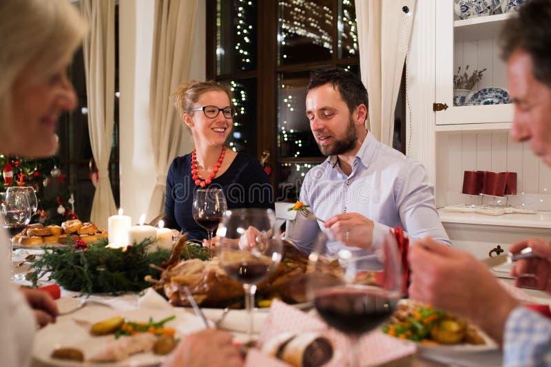 Pares hermosos que celebran la Navidad así como la familia fotografía de archivo libre de regalías