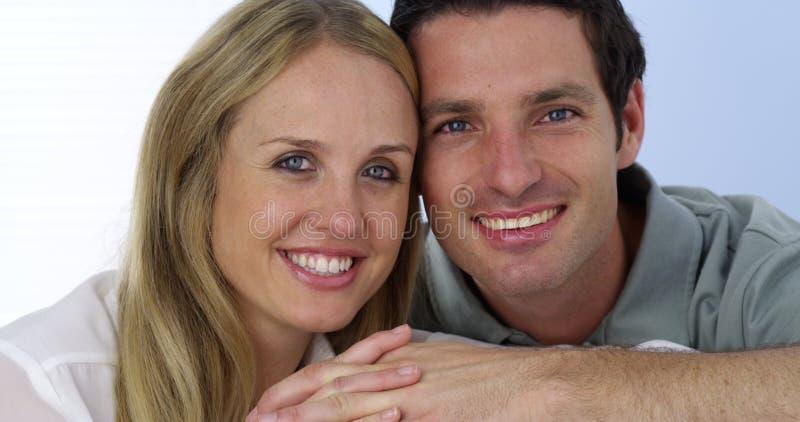 Pares hermosos que sonríen en la cámara fotos de archivo libres de regalías