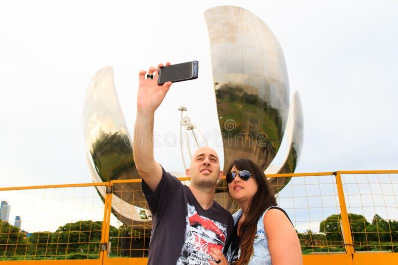 Pares hermosos que toman un selfie fotos de archivo libres de regalías