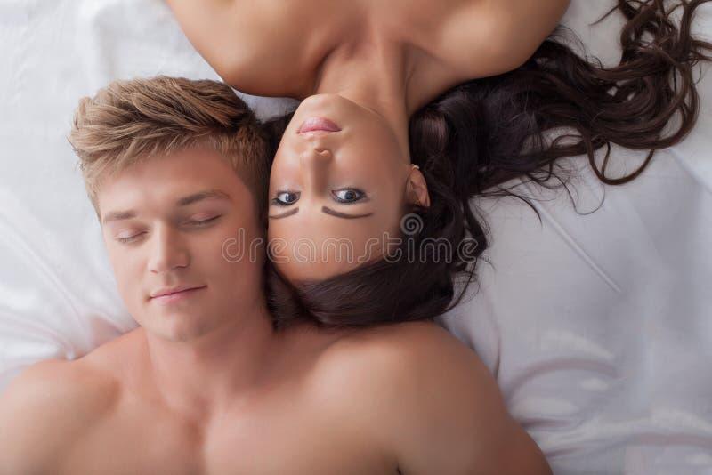 Pares heterossexuais novos bonitos na cama imagens de stock