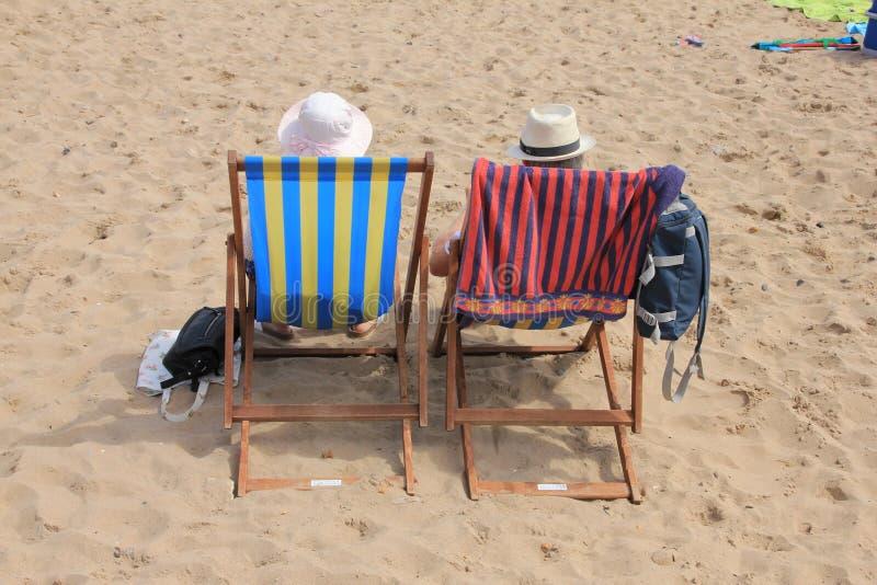 Pares, homem e esposa aposentados na praia fotos de stock royalty free