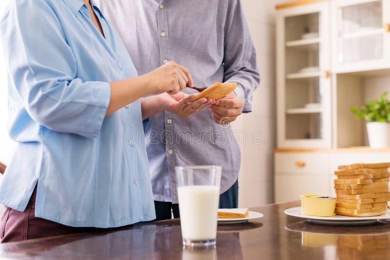 Pares idosos asiáticos felizes que preparam o alimento saudável para o café da manhã com forma de sustento, conceito superior da  foto de stock