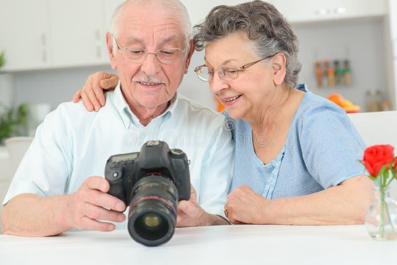 Pares idosos com câmera de alta velocidade imagens de stock royalty free