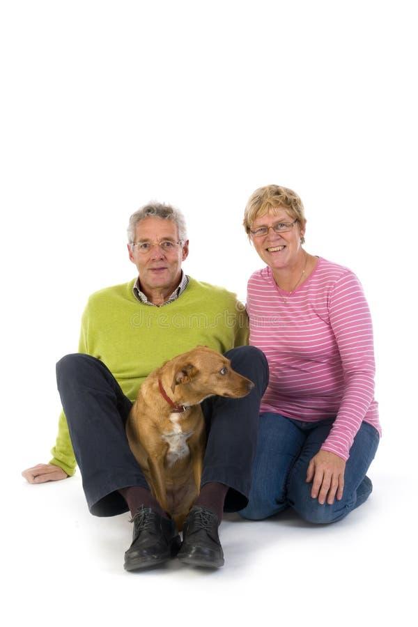 Pares idosos com cão imagens de stock royalty free