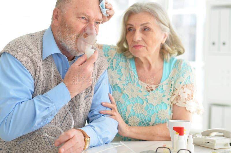 Pares idosos com comprimidos fotos de stock royalty free