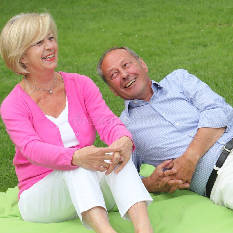 Pares idosos de riso felizes imagens de stock royalty free
