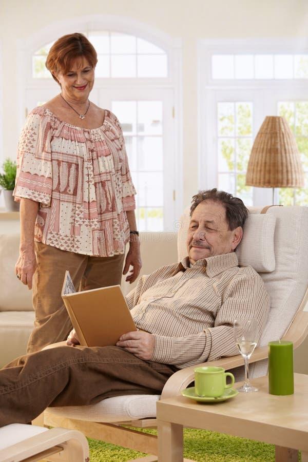 Pares idosos em casa fotografia de stock