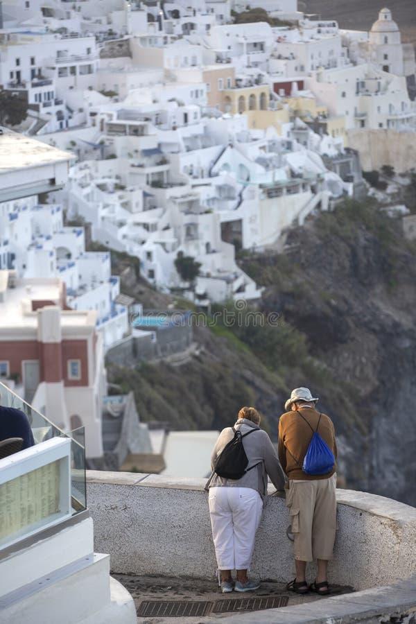 Pares idosos em Thira em Santorini Conceito do turismo, do curso e dos povos - par superior feliz foto de stock