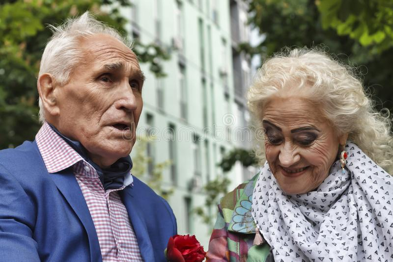 Pares idosos felizes, caminhada no parque, sorrisos alegres, amor, fotografia de stock