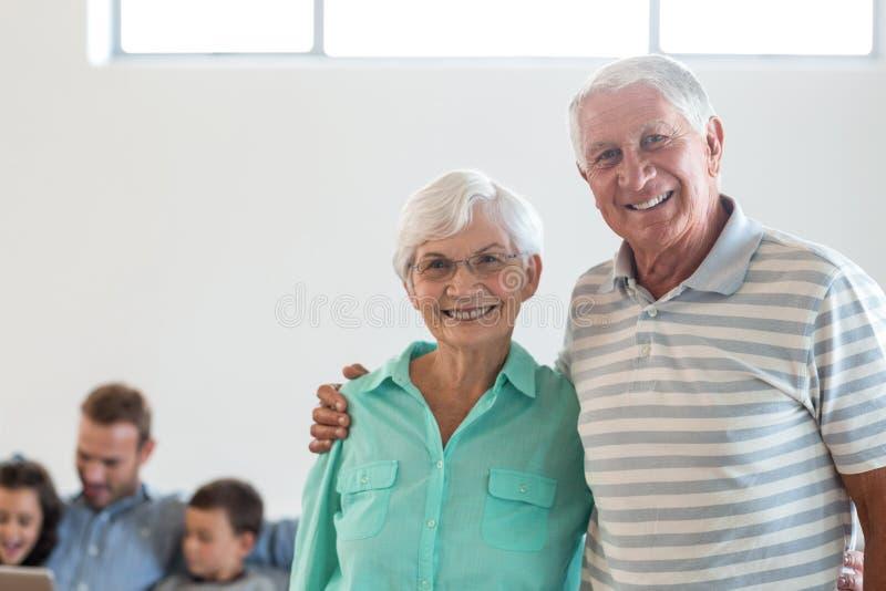 Pares idosos felizes que sorriem na câmera imagem de stock royalty free