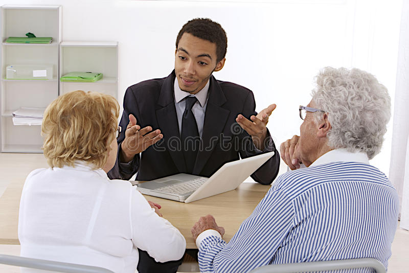 Pares idosos no escritório do consultante do banco foto de stock