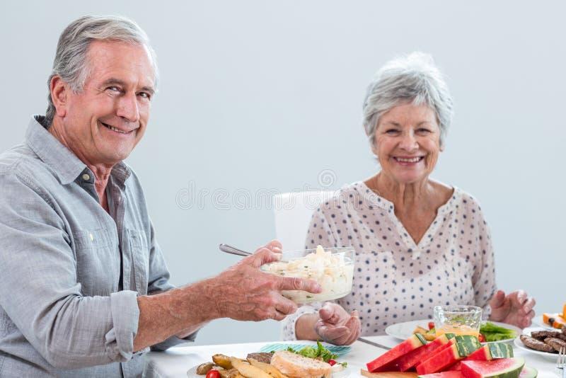 Pares idosos que comem o pequeno almoço foto de stock