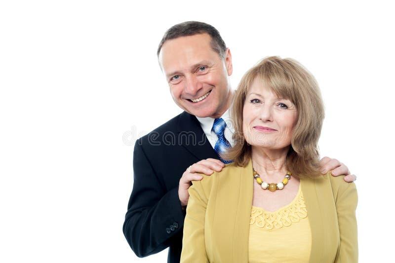 Pares idosos que sorriem à câmera imagem de stock