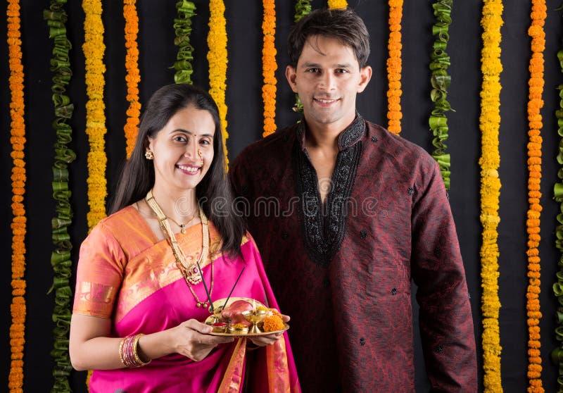 Pares indianos com o thali do puja/pooja fotografia de stock