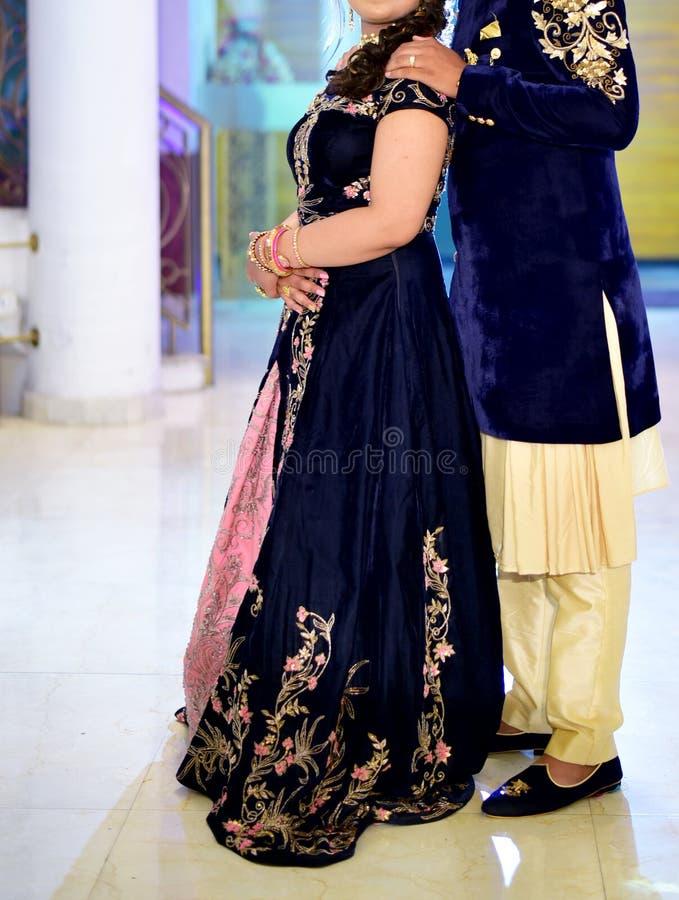 Pares indianos impressionantes do casamento imagens de stock royalty free