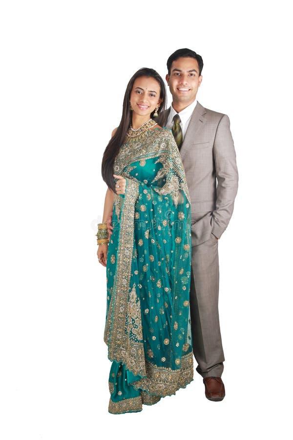 Pares indianos no desgaste tradicional. fotografia de stock royalty free