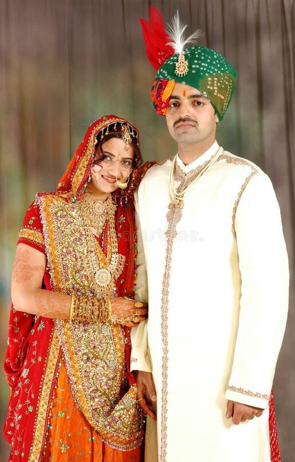 Pares indianos no vestuário do casamento imagens de stock