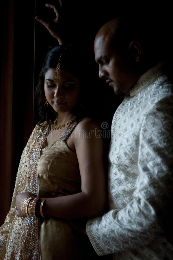 Pares indianos que abraçam-se vestido tradicional vestindo fotografia de stock royalty free