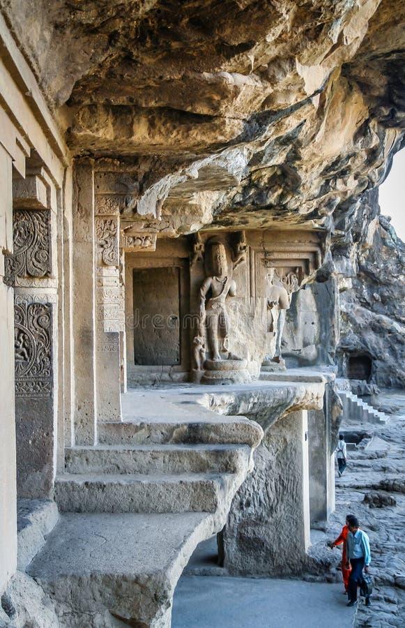 Pares indios que visitan las cuevas de Ellora imagenes de archivo