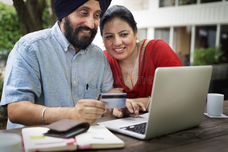 Pares indios usando concepto del dispositivo imagen de archivo libre de regalías