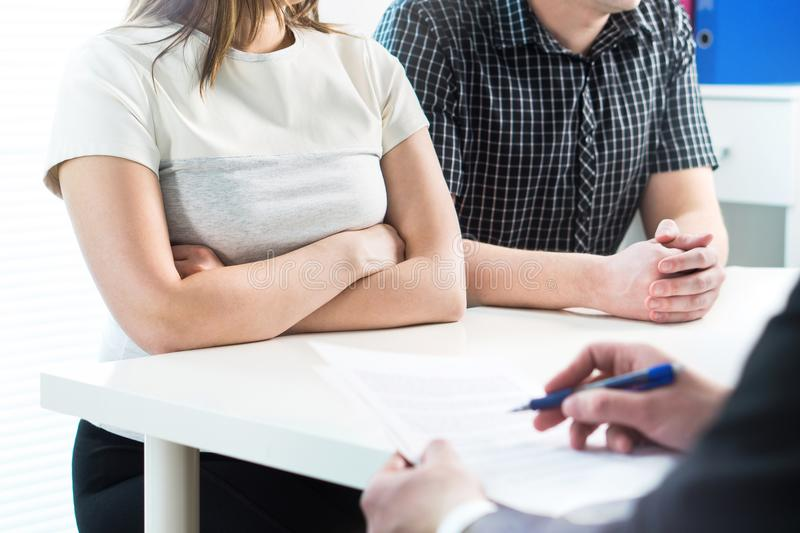 Pares infelices en la reunión con el terapeuta, psicólogo imagenes de archivo
