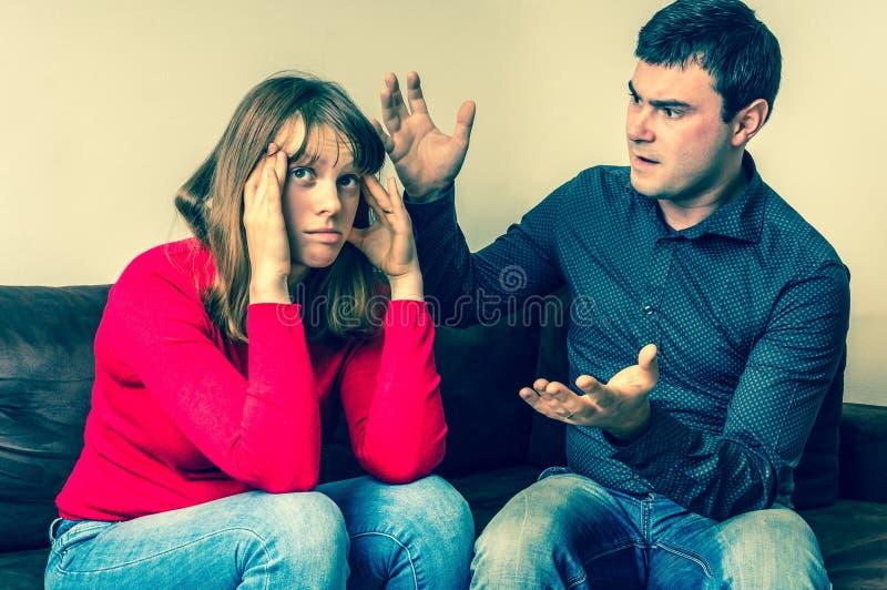Pares infelices que tienen discusión en casa fotografía de archivo