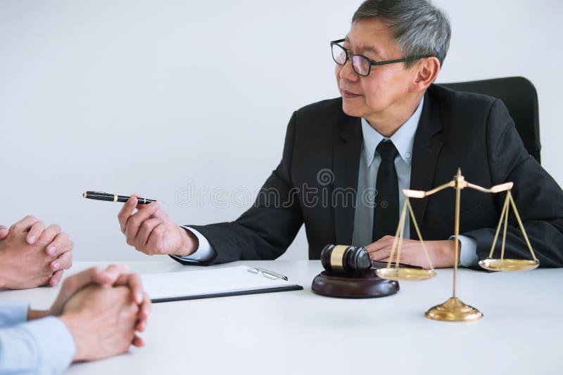 Pares infelizes do divórcio que têm o conflito, o marido e a esposa durante o processo do divórcio com o advogado ou conselheiro  fotos de stock