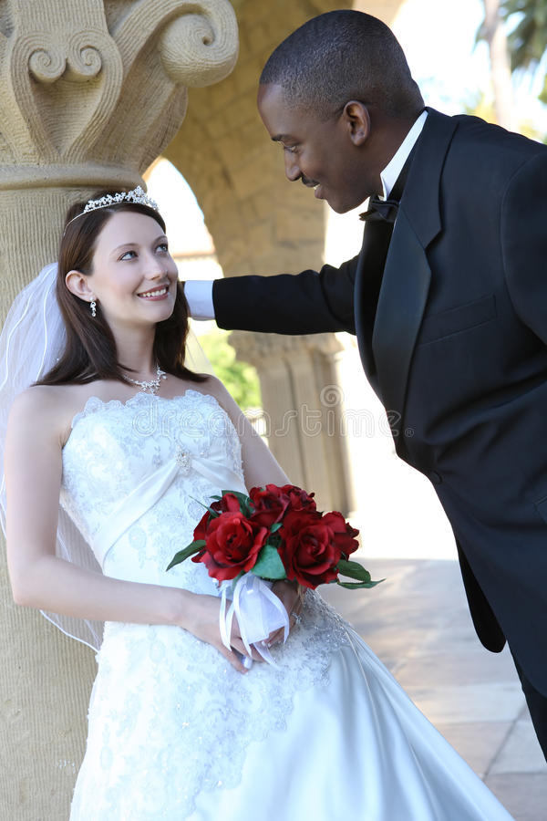 Pares inter-raciais atrativos do casamento imagem de stock royalty free