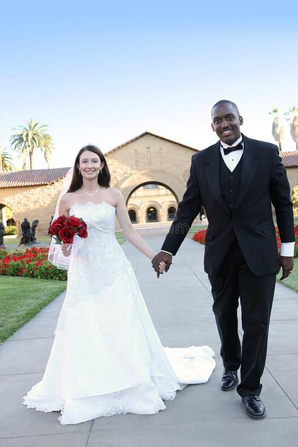 Pares inter-raciais atrativos do casamento imagens de stock