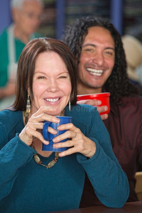 Pares inter-raciais de sorriso fotografia de stock royalty free