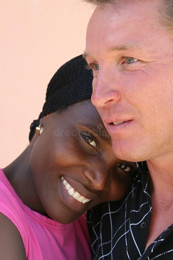 Pares inter-raciais do retrato foto de stock